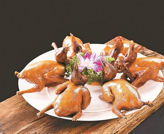 独家秘方烹制的光明乳鸽色香味俱全。