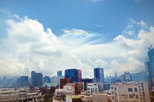 """昨日出现在香港上空的""""火彩虹""""。图片来源:香港《大公报》。"""