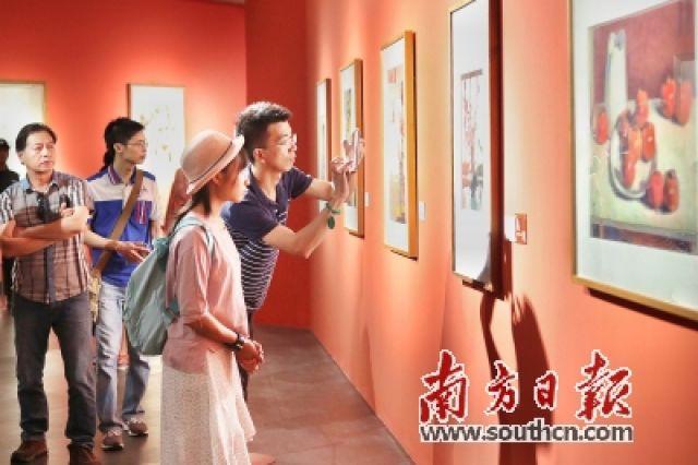 ↑观众正在欣赏美术精品佳作,重温广东美术的百年发展轨迹与辉煌。
