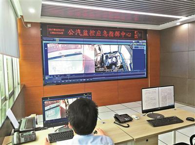 ▲公交监控应急指挥中心工作人员正在调取实时录像。 深圳晚报记者 董玉含 摄