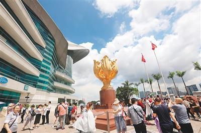 游客在香港金紫荆广场游览。 新华社记者李 鹏摄