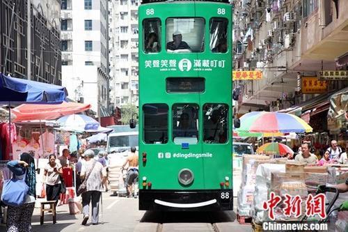 """香港旅游景点之一的春秧街吸引不少内地及世界各地游客观光。春秧街的一条单向街道。东面起自糖水道,西端连接北角道。春秧街有""""小福建""""、""""小上海""""之称,街道满布小贩,两旁楼宇地下则有专门售卖福建和上海等地道食物的店铺。"""