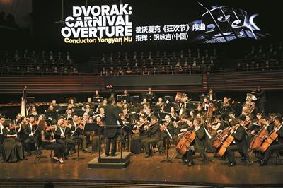 德沃夏克《狂欢节》序曲 指挥;胡咏言(中国)。本版图片均由深圳晚报记者 冯明 摄