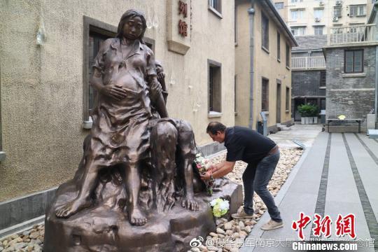 克里斯蒂安·帕赫在南京利济巷慰安所旧址陈列馆内献花。 侵华日军南京大屠杀遇难同胞纪念馆供图