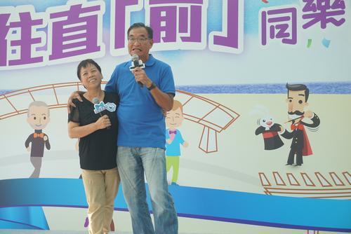 温先生(右)希望以自身经历提醒男士定期检查。图片来源:香港《大公报》