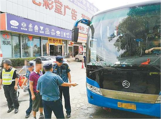 今年国庆长假期间,深圳市交通运输行政执法支队在松岗街道附近查处黑大巴。