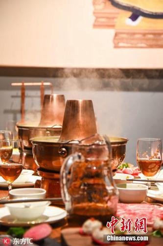 资料图:目前角楼餐厅晚间主营传统老火锅。图片来源:东方IC 版权作品 请勿转载
