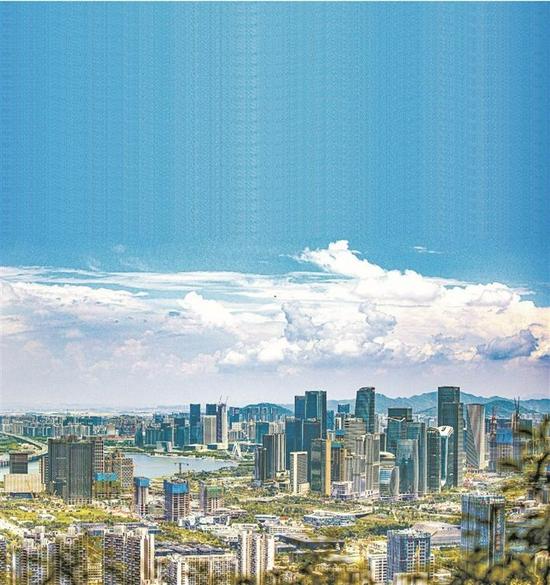 前海深港现代服务业合作区将打造粤港澳大湾区全面深化改革创新试验平台,建设高水平对外开放门户枢纽。图为前海远眺,尽是一派勃勃生机。 深圳报业集团资料图