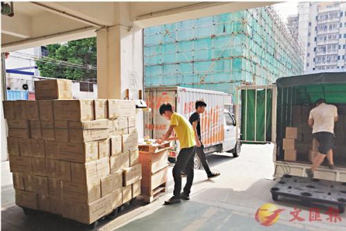 货运公司东捷运通将深圳龙华仓库大量积压货物抢运至香港机场。图片来源:香港《文汇报》