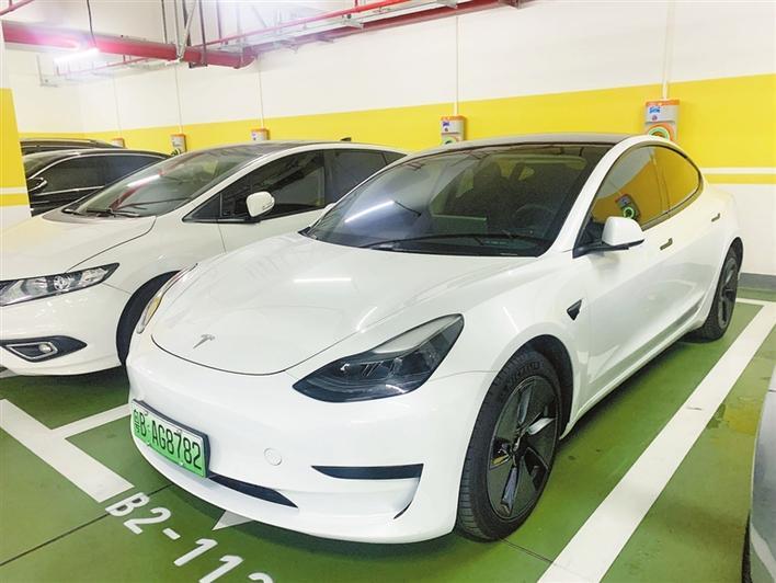 深圳车主刘先生购买的特斯拉Model3。