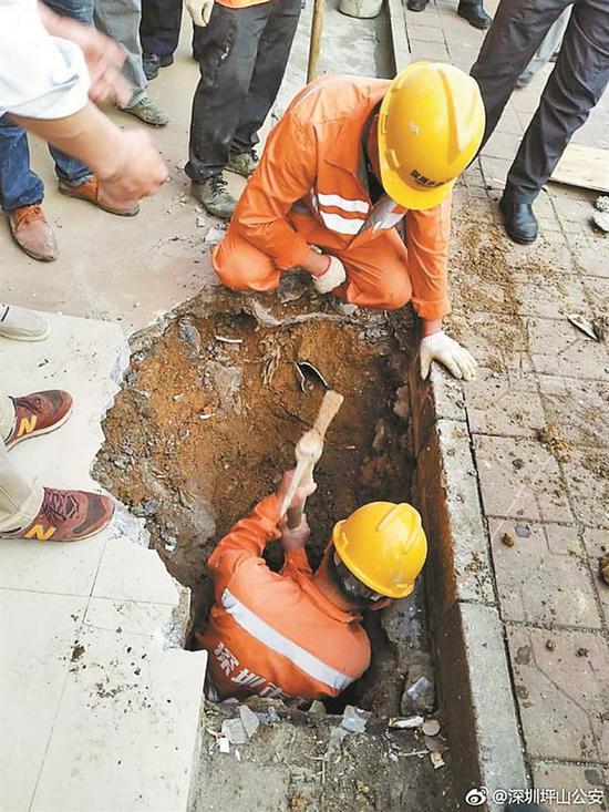▲救援人员在被困女孩上方开挖救援通道。