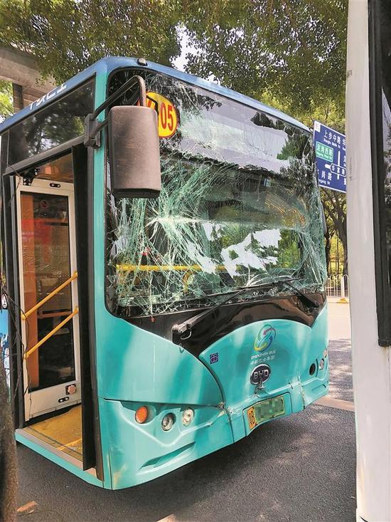 ◀肇事公交车挡风玻璃碎裂严重。 深圳晚报记者 秦瑶 摄