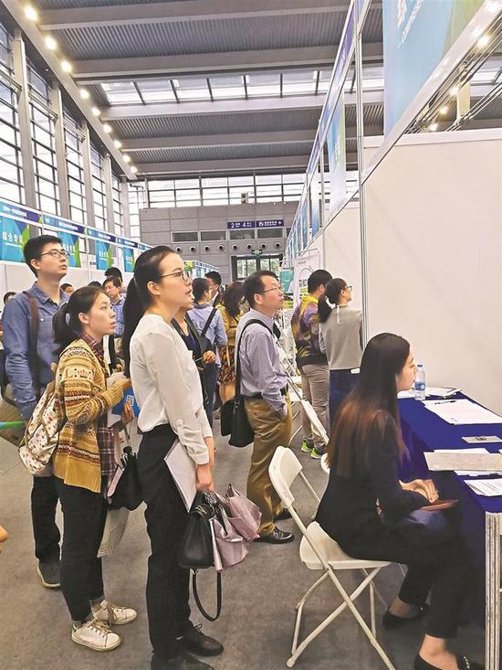 ▲4月15日,高校毕业生双选会招聘现场吸引了不少毕业生来求职。 深圳晚报记者 胡琼兰 摄