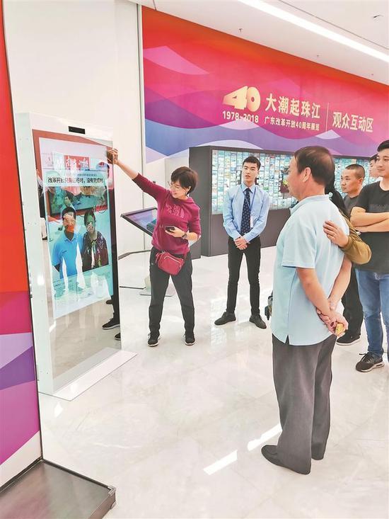 """市民参观""""大潮起珠江——广东改革开放40周年展览""""。"""