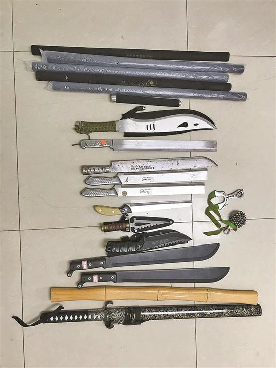 ◀缴获的管制刀具。