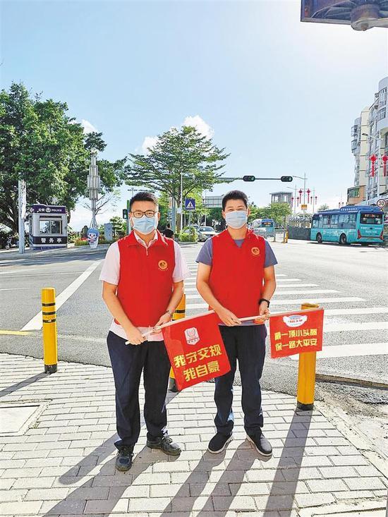 大鹏新区志愿者在守护交通安全。