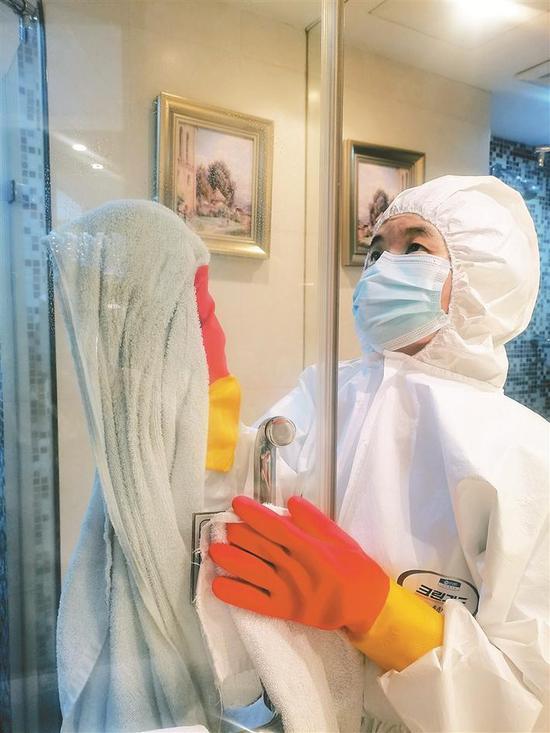 工作人员对跨境司机入住的服务驿站客房进行消毒。