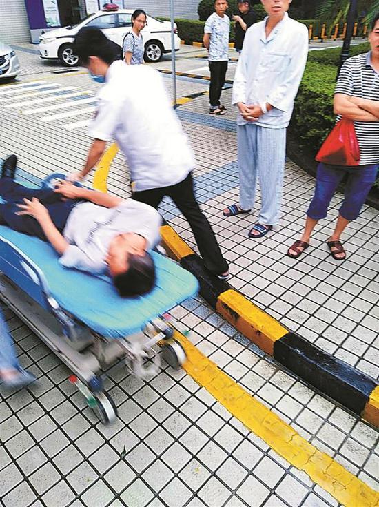 ▲司机顺利把患者到医院救治。