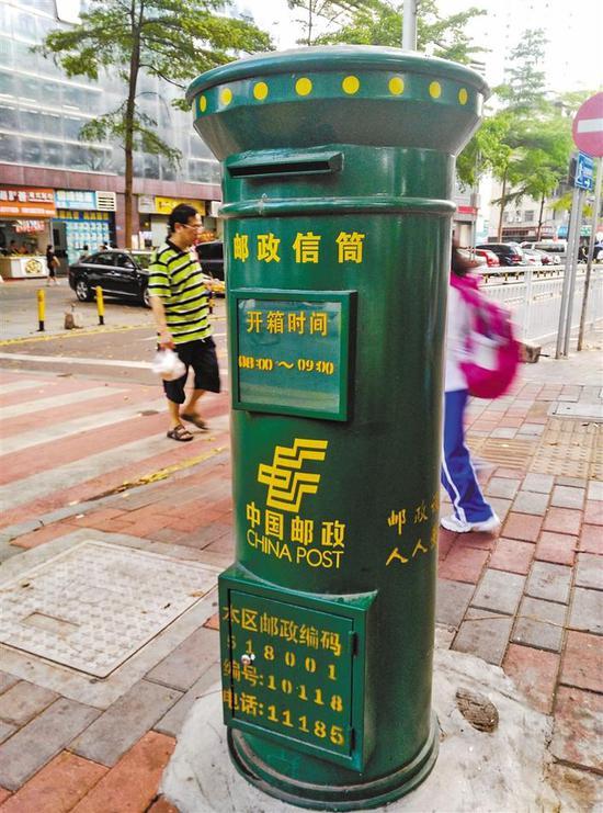 虽然寄信的人少了,但是街头邮筒仍按时开启。