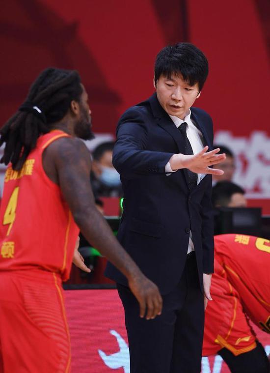 深圳马可波罗队主教练邱彪(右)在场边指导球员。