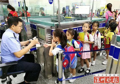 ▲边检民警耐心为经福田口岸出境的走读学童办理查验手续。黄俊生摄