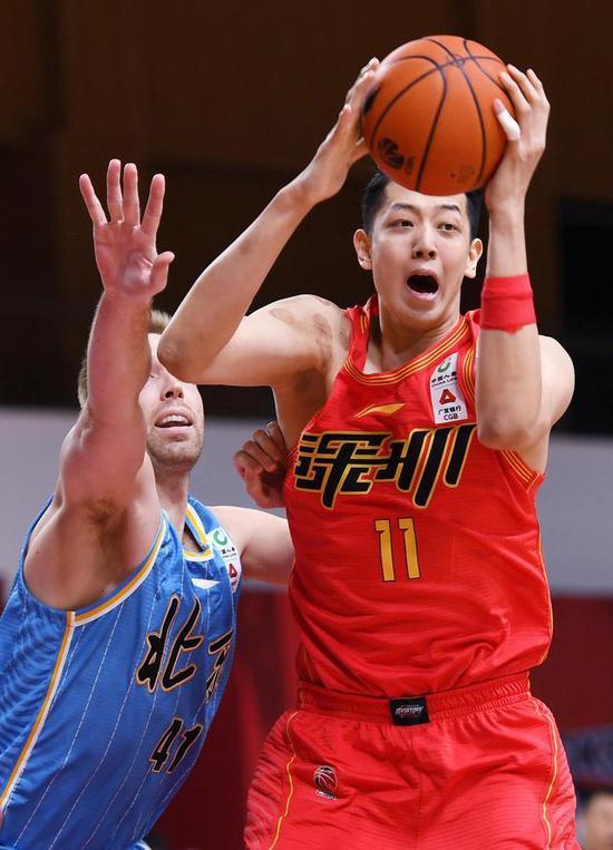 深圳马可波罗队球员沈梓捷在比赛中进攻。