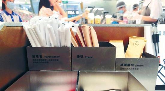 深圳部分茶饮店内提供塑料吸管和纸吸管,供顾客选择。 深圳晚报记者 吴洁 摄