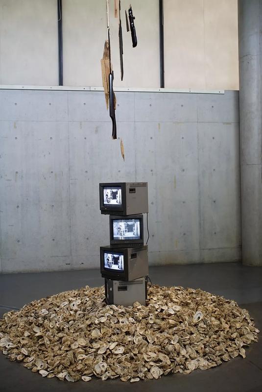 沈丕基,《古老的感遇》,尺寸可变,古琴碎片、行为视频、蚝壳,影像装置,2018