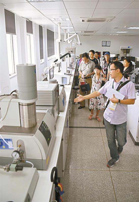 ▲百余名市民参观清华大学深圳研究生院的材料与器件检测中心。