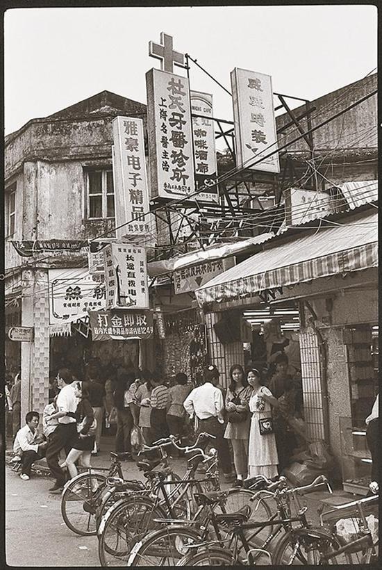 1990年,在东门老街上排队打金饰的游客。