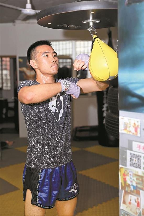 邓啸童独自练习拳击技巧。