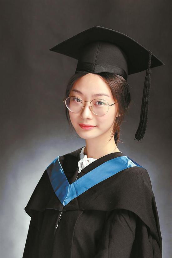 ▲严丹阳毕业照。