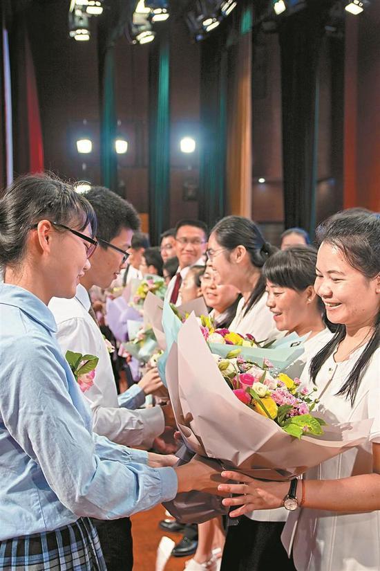 ▲市二外学生为高三教师献花。