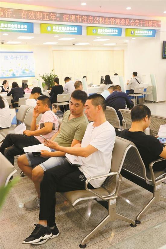 ▲市民在深圳市住房公积金管理中心办事大厅学习用手机在网上办理业务。 资料图