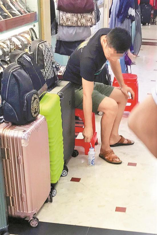 ▲罗湖商业城内有不少吸烟者。 深圳晚报记者 杨少昆 摄