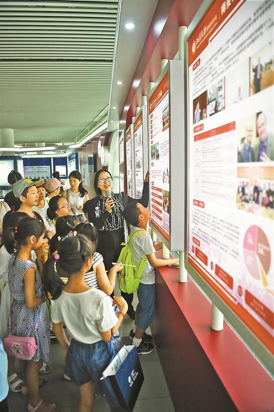 ▲市民来到大学城展示厅参观。
