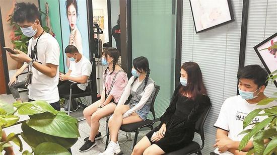 在汇海广场抓捕现场,仍有近三十名模特应聘者等待面试。 深圳晚报记者 冯明 摄