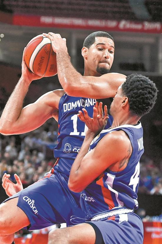▲多米尼加队球员巴加斯(左)争抢篮板球时与队友撞在一起。