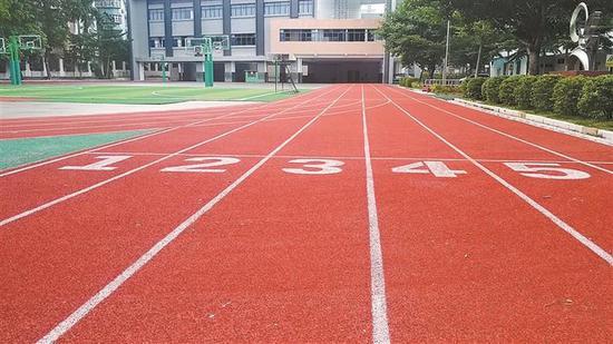 福田区美莲小学塑胶跑道。