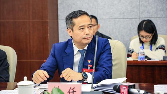 区委书记姚任参加讨论。