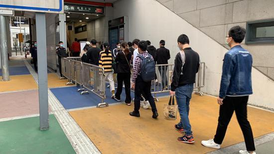 ▲白石龙站外排队进站的乘客。