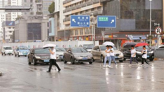 ▲深圳暴雨为炎热天气带来降温。深圳晚报记者 张焱焱 摄
