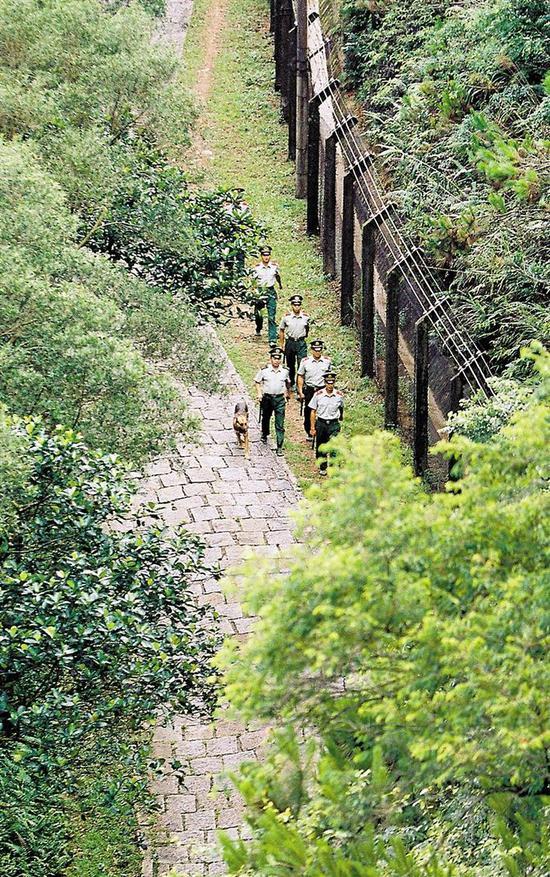 2005年,官兵在二线巡逻。