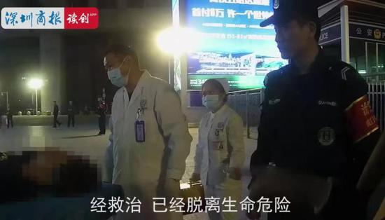 120救护人员赶到,大家合力将患者抬上担架,送往医院进行进一步救治。
