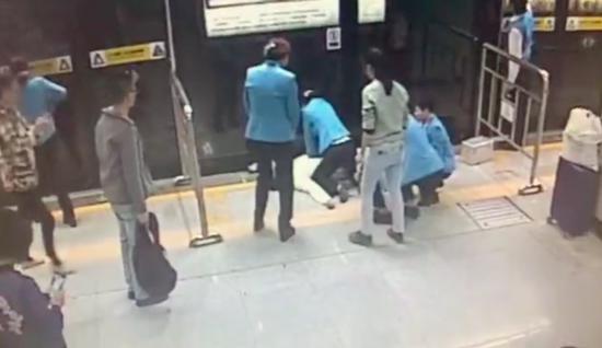事发现场视频截图。图片来源:深圳市急救中心
