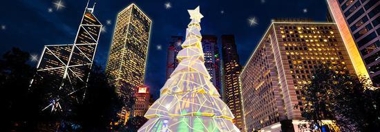为迎接圣诞节,皇后像广场将竖立一棵18米高的圣诞树,配置LED霓虹灯带,可根据周围色彩产生颜色变化。 香港旅发局官网 图