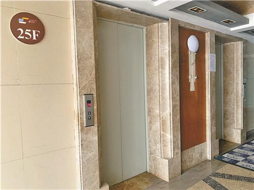 ▲事故电梯事发后仍正常运行,电梯间无相关告示。
