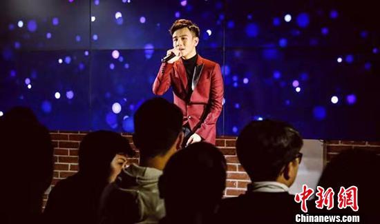 """被媒体称为""""北大学霸歌手""""的香港青年江阳,近日在北京接受中新社记者专访时表示,北大作为内地最知名学府之一,绝大多数学子并不会将歌手当作理想职业。但他选择与众不同,""""不争第一,但求独一无二""""。图为江阳。中新社发 钟欣 摄"""