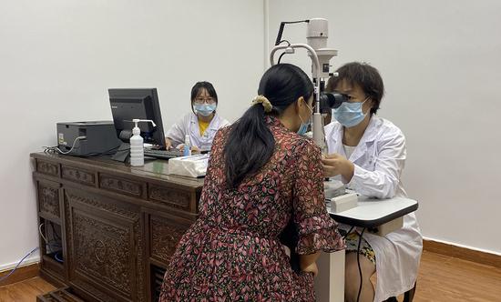 深圳市中医院眼科主任姚小萍教授在凯旋城社康中心坐诊