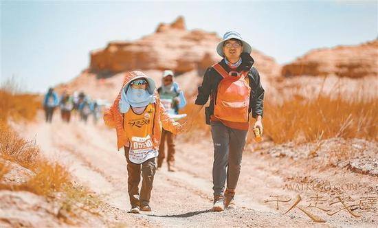 暑期临近,很多孩子打算参加戈壁游。律师提醒,戈壁沙漠徒步比传统旅游风险大,请家长注意合同中的法律风险。CFP